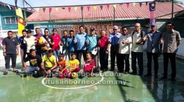 KENANGAN: Dr Rahman bergambar bersama penduduk kampung selepas menyempurnakan majlis perasmian Gelanggang Sukan Kampung Bintawa Ulu.