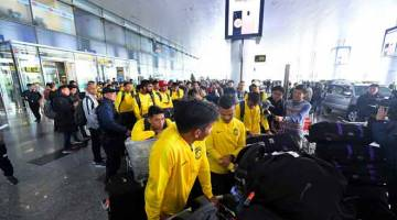 MISI BESAR: Skuad Kebangsaan tiba di Lapangan Terbang Antarabangsa Noi Bai, Hanoi bagi mengadapi perlawanan akhir kedua menentang Vietnam sempena Kejohanan Piala AFF Suzuki 2018 di Stadium Nasional My Dinh, Vietnam esok. — Gambar Bernama