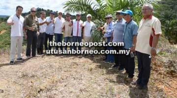 KUNJUNGAN: Dr Rundi (tujuh kiri), Abdul Hamed (lapan kiri), Wong (lima kiri) serta yang lain ketika melawat ladang di Ulu Sebauh, Bintulu.
