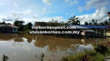 TENGGELAM: Padang SK Tuah ditenggelami air setinggi setengah kaki semalam.