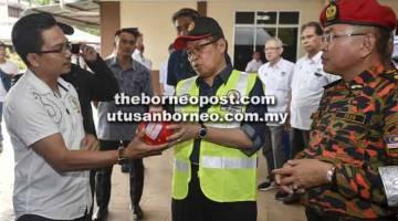 LAWAT: Khirudin (kanan) mengiringi Abang Johari yang mengadakan lawatan sempena Program Bomba Komuniti Satok di Kuching, semalam.