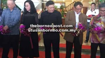 POTONG REBEN: Abang Johari (dua kanan) bersama Huang (tengah), Dr Annuar dan tetamu memotong reben merasmikan Bangunan Korporat M.M Golden (M) Sdn Bhd.