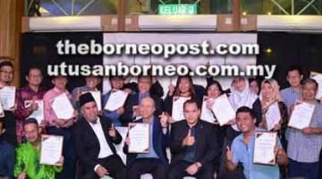 SIJIL: Pelanggan NIOSH menerima sijil penghargaan bersama Lee, Saupi dan Anizan (duduk tengah) di Bintulu malam kelmarin.