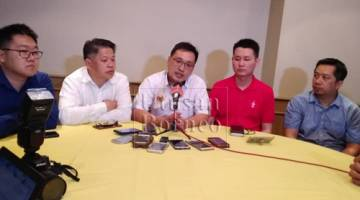 Chong (tengah) ditemani (dari kiri) Hee, Dr Ting, Alan Ling dan Joe Azmi menemui pemberita di sini petang tadi.