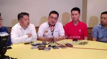 IMPORT: Chong (tengah) ditemani Peter Hee, Dr Ting, Alan Ling dan Joe Azmi menemui pemberita di Miri petang semalam.