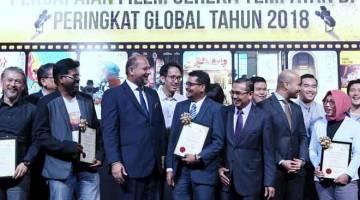 SANTAI: Gobind (tiga kiri) beramah mesra dengan para penerima sijil 'Spotlight' pada pelancaran laman Portal 'Malaysia Creative Industry Exchange' (MCIX) di Perbadanan Kemajuan Filem Nasional Malaysia (Finas) baru-baru ini. — Gambar Bernama