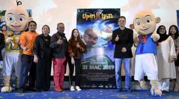 AKAN DATANG: Pengarah Urusan Les' Copaque yang juga penerbit filem animasi 'Upin & Ipin: Keris Siamang Tunggal',  Burhanuddin Md Radzi (empat, kiri) ketika melancarkan poster dan trailer filem di Kuala Lumpur baru-baru ini. — Gambar Bernama