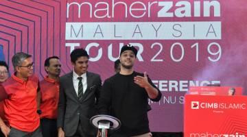 KONSERT JELAJAH: Maher Zain (kanan) pada sidang media mengenai konsert 'Maher Zain Malaysia Tours 2019'. — Gambar Bernama