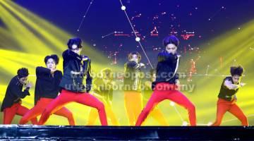 TARIKAN UTAMA: Persembahan oleh kumpulan K-Pop, SF9 yang dinanti-nantikan oleh penonton yang hadir.