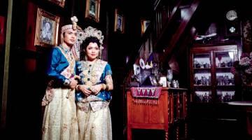 TRADISIONAL: Model sambilan Senorita Wedding Planner, Siti Nur Ain Wardah Ahmad, 25, serta rakannya Hanaafi Saman, 32, tampak persis pasangan raja sehari apabila mengenakan Baju Bodo dan Jas Tutu sejenis pakaian perkahwinan tradisional masyarakat Bugis yang direka oleh anak jati Johor, Didie atau Khairul Fadzly Jamal dari Kampung Pak Musa, Pekan Nenas. — Gambar Bernama