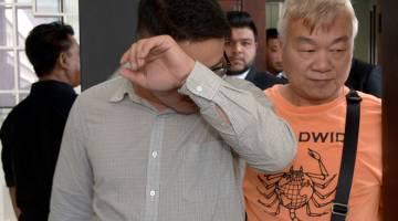 TERTUDUH: Ejen penghantaran Chia Mong Seng (kiri) mengaku tidak bersalah di Mahkamah Majistret atas pertuduhan mengimport 10.18 juta batang rokok pelbagai jenis ditaksirkan bernilai RM814,400, tanpa kelulusan Jabatan Kastam Diraja Malaysia (Kastam), awal bulan ini. — Gambar Bernama