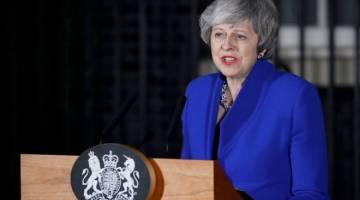 SAMPAI AMANAT: May membuat kenyataan kepada anggota media di Downing Street, London                pada Rabu selepas terselamat daripada undi tidak percaya terhadap kerajaannya. — Gambar AFP