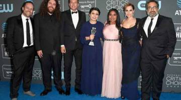 TERBAIK: Pelakon 'Roma' bergambar selepas memenangi Filem Terbaik Critics' Choice Awards. — Gambar AFP