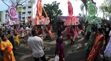 SIMBOLIK: Penganut Hindu membawa kavadi menuju ke Sri Arulmigu Balathandayutthabani Jalan Kebun Bunga, George Town sempena Thaipusam semalam. — Gambar Bernama