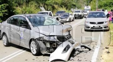KENDERAAN PDRM yang remuk di hadapan akibat dari kemalangan itu.