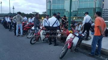 BEJALAIKA PENGAWA: Raban polis benung meresa maya operasyen ti dipejalaika ba Jalai Masja.