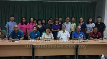 ARAM ENGGAU KAMI: Dr Toh (lima kanan, belakang) enggau bala pengatur program ke bukai.