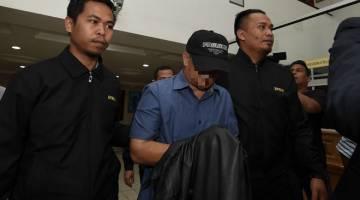 DIREMAN: Seorang ADUN bergelar 'Datuk' (tengah) direman tiga hari bagi membantu siasatan berhubung tuntutan palsu bernilai RM500,000 di Mahkamah Majistret Kuala Terengganu. — Gambar Bernama