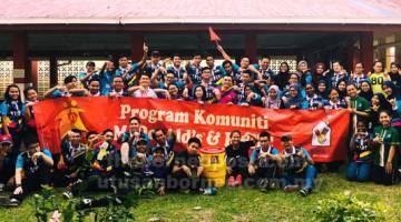 UNTUK ALBUM: Para pelajar UPMKB yang terlibat dalam penganjuran Pertandingan Bola Tampar Amal Putra merakam gambar kenangan.