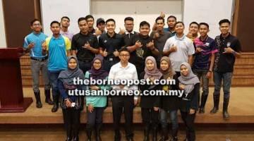 LATIHAN INDUSTRI: Pelajar daripada program Diploma Pengurusan Ladang, UiTM Cawangan Perlis merakamkan kenangan bersama Dr Abdul Rahman di  UiTM Cawangan Sarawak, Kampus Samarahan pada 22 Januari lalu.