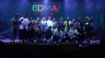 EDMA 2018: Gambar kumpulan bersama keluarga jenama Era dan Deeja Cosmetic pada malam kemuncak EDMA 2108 baru-baru ini.