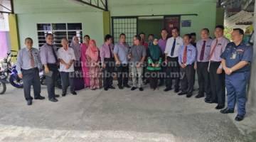 ZIARAH CAKNA: Rombongan Ziarah Cakna mengunjungi rumah pelajar terpilih di Betong.