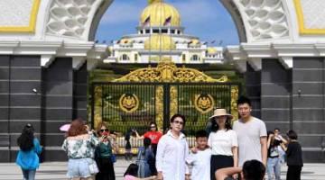 AMBIL PELUANG: Rakyat tempatan dan juga pelancong asing mengambil peluang melawat di Istana Negara sempena cuti umum Hari Wilayah Persekutuan ketika tinjauan fotoBernama di Putrajaya, semalam. — Gambar Bernama