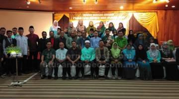 KENANGAN: Ahli-ahli Persatuan Alumni SMKAMi merakamkan kenangan bersama dengan tetamu jemputan.