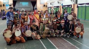 MARTABAT WARISAN: Zainoren dan pelajar pendidikan khasnya mengambil bahagian membuat persembahan pada  majlis perasmian Ibu Bapa dan Guru Peringkat Negeri Sarawak  di SMK Datuk Patinggi Haji Abdul Ghapor, Stampin  pada Januari lepas.