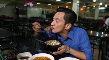 HOS JJCM: Siri baharu rancangan travelog makanan paling popular di Malaysia iaitu Jalan-Jalan Cari Makan (JJCM) yang menemui peminat setiap Ahad, jam 11.30 pagi masih mengekalkan Nazrudin Habibur Rahman (Naz Rahman) sebagai hos sesuai dengan kepetahannya mengulas tentang makanan.