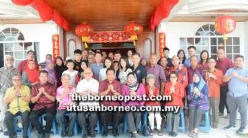 RUMAH TERBUKA: Leong (empat kiri) dan keluarga berkumpul bersama pada sambutan Tahun Baharu Cina ketika menerima kunjungan Dr Abdul Rahman (lima kiri) dan rombongan.