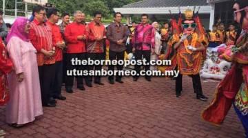 TERUJA: (Dari kiri) Juma'ani, Abang Johari, Lee, Sebastian Ting, Dr Abdul Rahman  'Three Prince' semasa kunjungan Tahun Baharu Cina di kediaman Lee kelmarin.