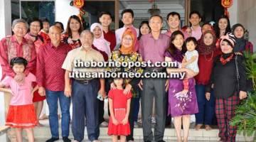 KENANGAN: Rodziah (tengah) bersama ahli rombongan merakam gambar dengan Yek Siew Liong (berdiri empat kanan) dan ahli keluarganya.