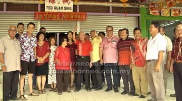 KUNJUNGAN: Wilson dan rombongan semasa mengunjungi rumah Kapitan Teo (tengah).