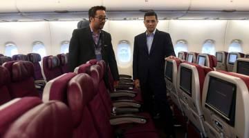 UTAMA KESELESAAN JEMAAH: Mohamed Azmin (kanan) bersama Ketua Pegawai Eksekutif Amal Hazman Hilmi Sallahuddin melihat ruang dalaman A380 yang bakal dinaiki para jemaah haji dan umrah selepas menyempurnakan pelancaran Perkhidmatan Sewa Khas untuk Haji dan Umrah, Amal oleh Malaysia Airlines di Kompleks Kejuruteraan Malaysia Airlines di Sepang, semalam. — Gambar Bernama