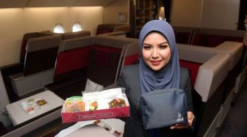 ADA DISEDIAKAN: Pramugari Amal oleh Malaysia Airline Syarifah Fadzlon Syed Hassan menunjukkan hidangan khas mesra jemaah bersama amenity kit yang akan dibekalkan kepada jemaah yang menaiki penerbangan perkhidmatan sewa khas menerusi Amal oleh Malaysia Airlines di Sepang, semalam. — Gambar Bernama