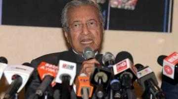 SOAL JAWAB BERSAMA MEDIA: Dr Mahathir ketika sidang media pada majlis penyerahan kad keanggotaan BERSATU kepada enam Anggota Parlimen yang telah keluar UMNO di Yayasan Kepimpinan Perdana di Putrajaya, kelmarin. — Gambar Bernama