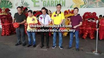 SELAMAT MAJU JAYA: (dari kiri) David, Sim, Simon, Tan Kai dan Cyril memotong reben sebagai tanda perasmian E Food Garden, Food Court Batu Kawa, semalam