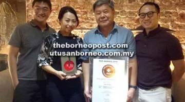 BANGGA: (Dari kanan) Alan, Ng, Tina dan Jeffrey Yueng Lok Hin juga Pengarah Reka Bentuk IDC Architects bergambar bersama anugerah-anugerah yang dimenangi.