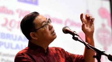 POSITIF: Lim berucap pada Majlis Sambutan Tahun Baharu Cina 2019 Jabatan Kastam Pulau Pinang, semalam. — Gambar Bernama