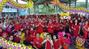 UNTUK ALBUM: Guru-guru SKJB dan murid-murid merakam gambar kenangan bersama kumpulan tarian singa dan naga.  (Gambar kanan)