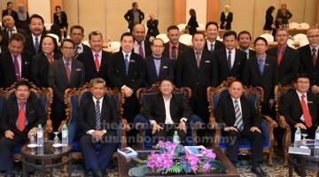 DIPERTINGKAT: Ewon (duduk, tengah) bersama peserta Bengkel Hala Tuju Kementerian Pembangunan Luar Bandar semalam. Peserta kursus itu terdiri daripada Pegawai Daerah seluruh Sabah. — Gambar Bernama