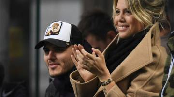 JADI PENONTON: Icardi (kiri) ditemani Nara ketika menyaksikan perlawanan Serie A Itali di antara Inter Milan dan Sampdoria di Stadium San Siro, Milan pada 17 Februari lepas. — Gambar AFP