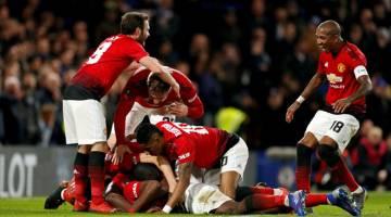 KE SUKU AKHIR: Pogba (tidak kelihatan) dikerumuni oleh rakan sepasukan selepas menjaringkan gol kedua United pada perlawanan pusingan kelima Piala Fa Inggeris di Stamford Bridge, London pada Isnin lepas. — Gambar AFP