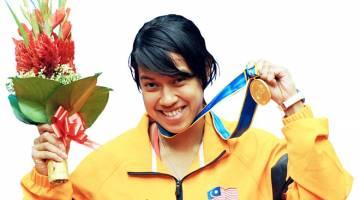 SUKAR DICARI GANTI: Nicol meraikan kejayaannya merangkul pingat emas dalam acara skuasy wanita individu pada temasya Sukan Asia di Guangzhou, China dalam gambar fail bertarikh 21 November 2010. — Gambar Bernama