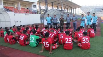 KATA-KATA SEMANGAT: Posa (tiga kiri) memberi kata-kata semangat kepada barisan pemain Skuad Belia Sarawak sambil disaksikan Pengurus Pasukan, Phillip Jabu (dua kiri), Mohd Safri (empat kiri) dan barisan jurulatih di Kuching semalam.