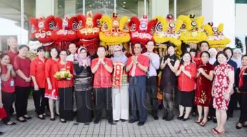 DR MUNIRAH, Chan, para pegawai kanan dan warga KPJ Sabah mengucapkan 'Gong Xi Fa Cai'.