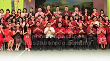 JAYAKAN MAJLIS: Ahli Jawatankuasa pengelola sambutan TBC SMK Batu Kawa tampil ceria pada majlis berkenaan.