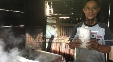 KE PASARAN: Nofolde menunjukkan garam yang sudah siap diproses dan sedia untuk dijual.