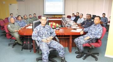 AYUB Khan bersama ahli mesyuarat yang hadir membincangkan operasi pemantauan udara.